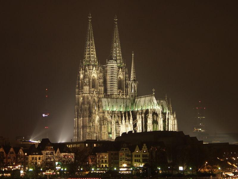800px-Koelner_Dom_bei_Nacht_1_RB.jpg