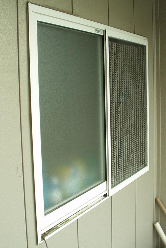 風呂窓屋外斜視から