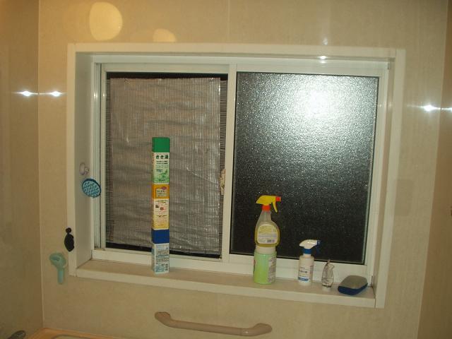 風呂目隠しスダレ夜の浴室側より