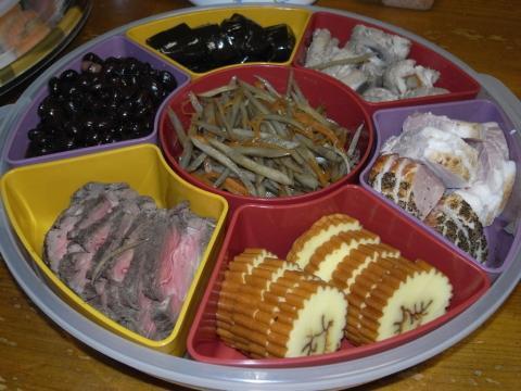 おせち料理 伊達巻き ローストビーフ ハム盛り合わせ 鶏肉牛蒡巻き 昆布巻(きんき、鮭) 煮豆(黒豆) きんぴら牛蒡