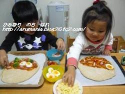 ピザ作り。(半分はジェノベーゼソースを。) ふたりとも上手にキレイにトッピングしてくれました!