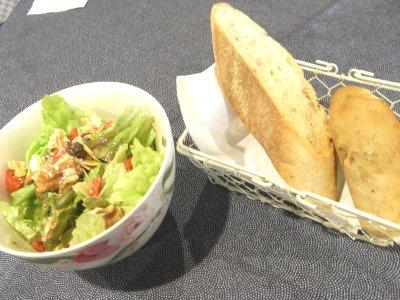 マナーハウスモトヤマパンとサラダ