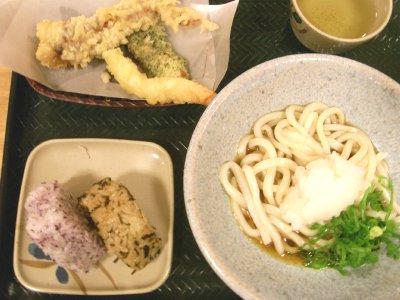 はなまる「ぼっかけ・天ぷら・おにぎりのセット」.