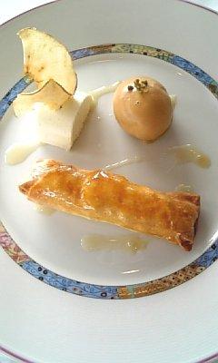りんごのシュトゥルーテル青リンゴのムースとキャラメルアイスクリームと共に