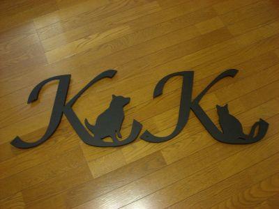 イニシャルK+犬とK+猫の妻飾り