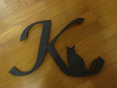 イニシャルK+猫の妻飾り