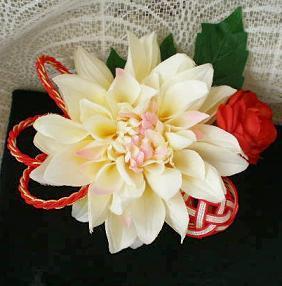 クリームピンクダリアの髪飾り
