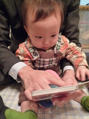 絵本を読んでもらうTsubaki