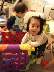 おもちゃをあさるKanonちゃんとTsubaki