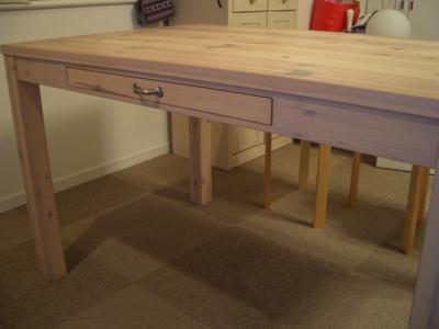 白いテーブル