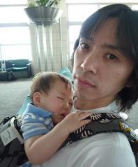 nobuの抱っこで寝ているTsubaki