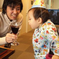 ワインを飲もうとするTsubaki