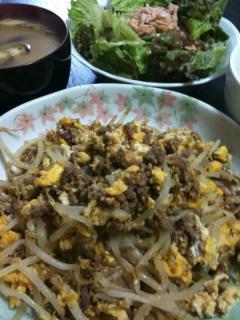 ひき肉ともやしの卵炒め・ナスのお味噌汁・サラダ