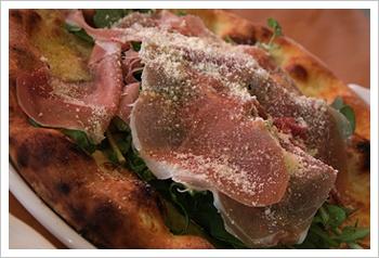 プロシュート&ルッコラのピザ