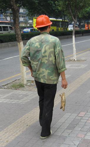 2006年広州すっぽんを持って歩く人