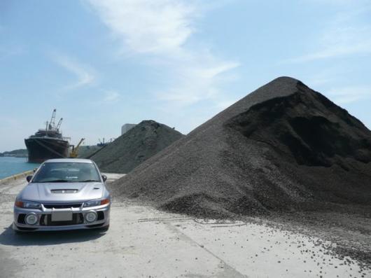 港 砂利の山