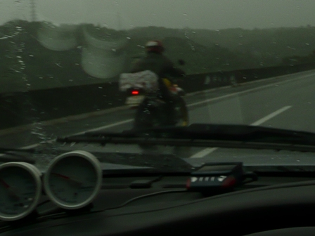 雨の高速でバイク