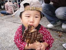 お肉をパクッ