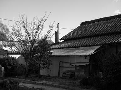 民家と煙突