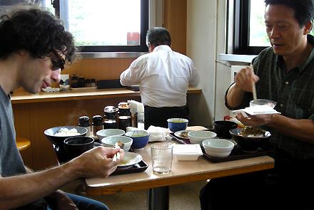 遠州豊田PAで食事する小林さんとWilliam_1