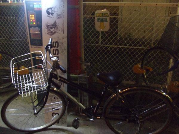 看板を持って自転車走行は大変危険です