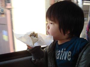バス車中で飛騨牛まんを食べる