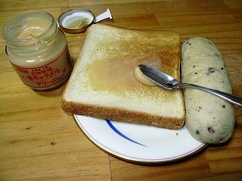 焼きたての朝の食パンやヨーグルトに!