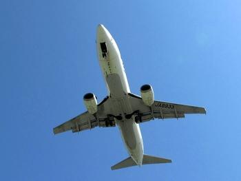 那覇空港に着陸する飛行機が間近で見れる