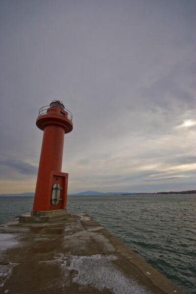 鉛色の海と灯台