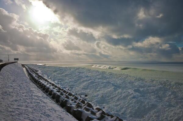 吹き寄せられた流氷