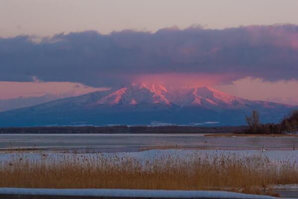 夕日に染まる斜里岳