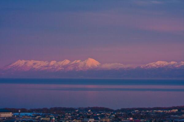 夕日に映える知床連山