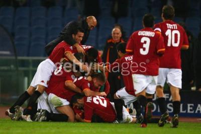 スパレッティ監督も入って喜ぶローマの選手達