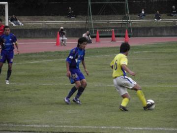 町田の斉藤選手(25番)と武蔵野の遠藤選手(6番)のマッチアップ