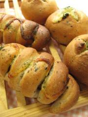 全粒粉とゴマのウインナーパン