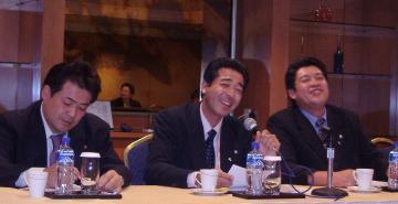 笑顔で報告 - 若かりし頃 香港WTO -