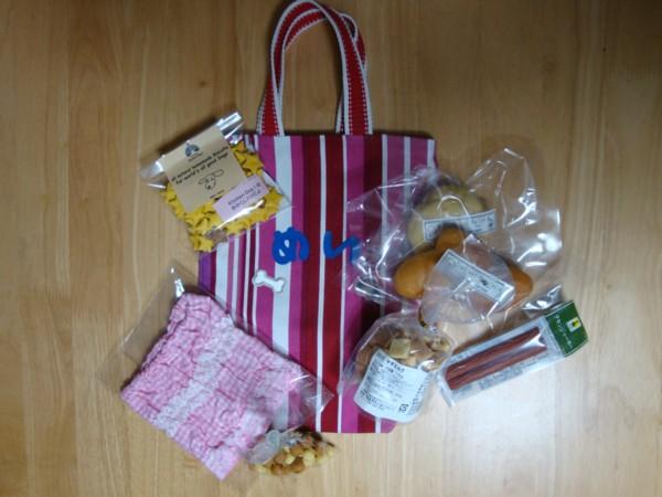 手作りのお散歩バッグや、おやつやスヌードなど、プレゼントいただきました。