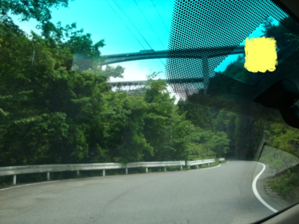 向こうに見えるのは、高速。。。