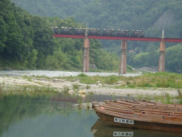 川の向こうには、秩父鉄道。。