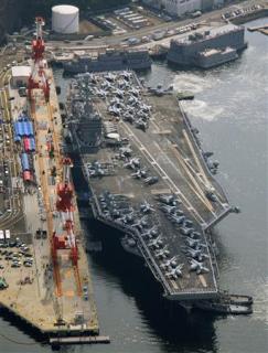 米軍横須賀基地に着岸する原子力空母「ジョージ・ワシントン」