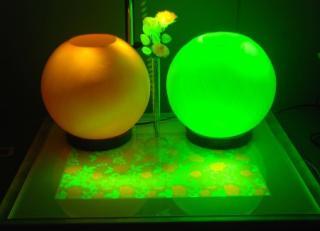 蛍光繊維で作ったランプシェードや造花