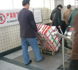 多量の箱を運ぶひと