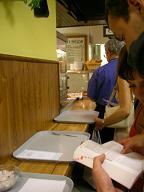 チェコ語を辞書で調べる観光客