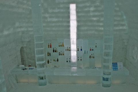 氷のグラスにドリンクを入れて・・・