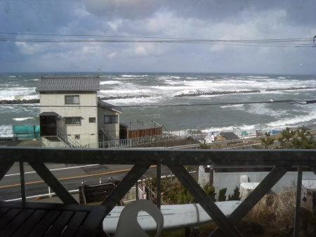 窓から荒れる日本海を眺める-キンタ(長岡市寺泊)