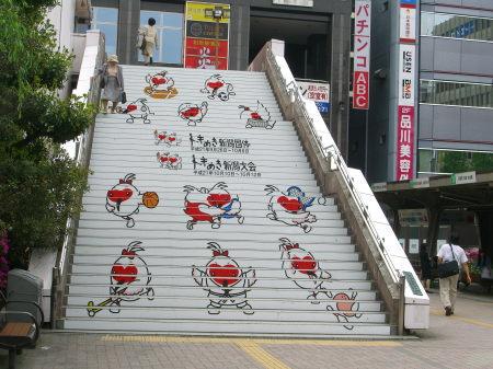 新潟駅前の階段がトキめき新潟国体ヴァージョンに