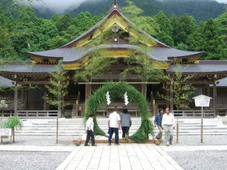 弥彦神社で茅の輪くぐり20090630-02