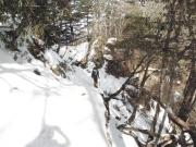 雪混じりの登山道