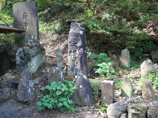 祠の外にある庚申塔