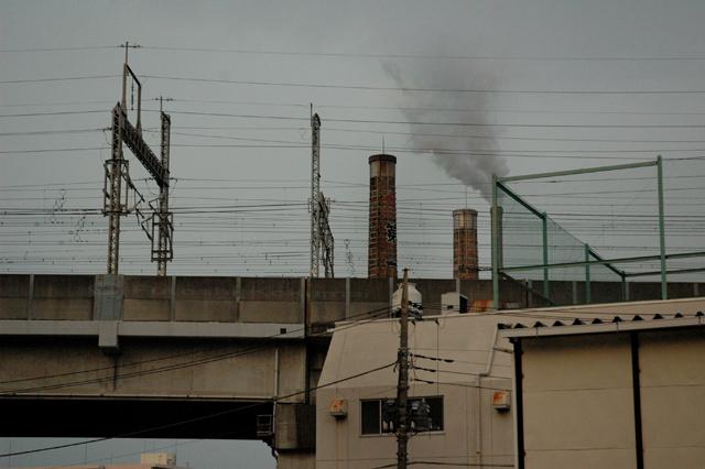 街 線路と倉庫と銭湯の煙突